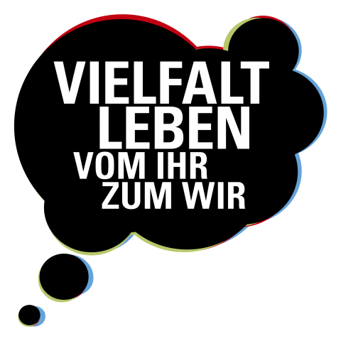 """Logo des darmstädter Pilotprojekts für Studium+M: eine schwarze Denkblase in der der Projekttitel """"Vielfalt leben - vom ihr zum WIR"""" steht"""
