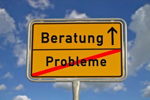 """Ortschild, bei dem """"Problem"""" durchgestrichen ist und der Weg Richtung """"Beratung"""" gewiesen wird."""