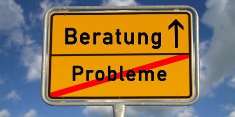 Ortsschild: Probleme ist durchgestrichen, der Weg geht Richtung Beratung. Für Studierende-