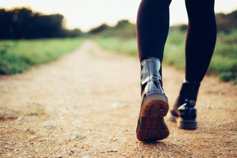 Person geht Weg entlang