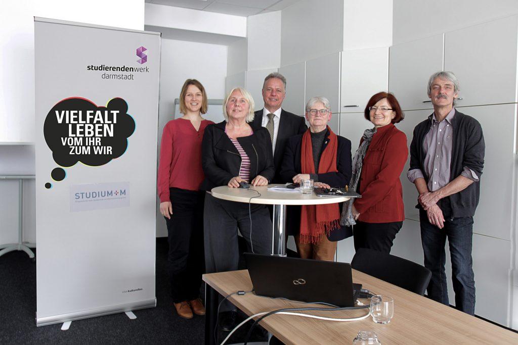 v.l.n.r.: Ursula Lemmertz (Abteilungsleiterin Beratung & Soziales), Christina Wendt (Projektkoordinatorin), Dr. Marek Fuchs, Ulrike Laux (Geschäftsführerin), Dr. Olga Zitzelsberger, Detlef Gollasch (Abteilungsleiter Öffentlichkeitsarbeit)