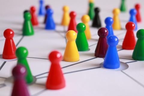 Spielfiguren stehen auf einem Blatt. Zwischen den Figuren sind Verbindungslinien gezeichnet.