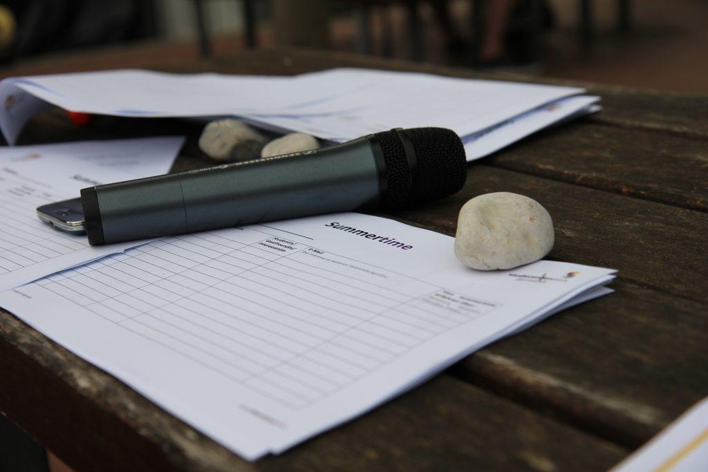 Mikrofon liegt auf Tisch