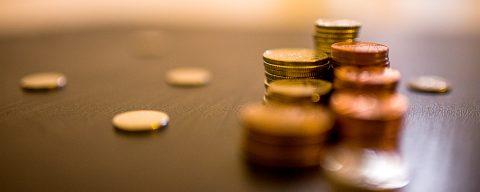 Geldmünzen auf Tisch