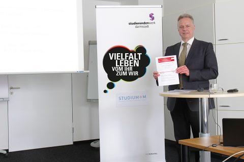 Prof. Dr. Marek Fuchs präsentiert die Studie im Rahmen von Studium+M