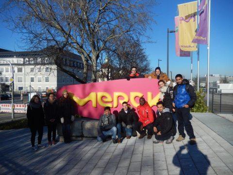 ITT Gruppenfoto vor dem Merck-Tor